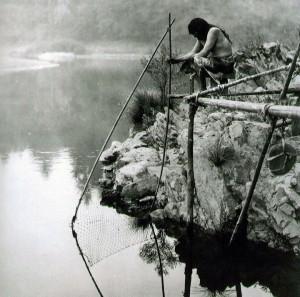 Indianer fischt mit einem Netz im Fluss