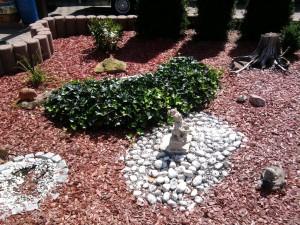 asozialer Garten mit Figuren
